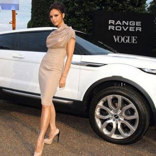 Estos vehículos fueron presentados por estrellas de la música; aquí vemos a Victoria Beckham, junto a la Range Rover, que cuenta con un motor de 2.0 litros, transmisión automática de 6 velocidades y detalles de lujo dentro del habitáculo como una pantalla