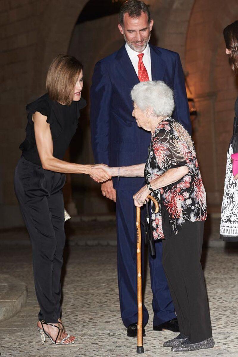 Las transparencias que utilizó la reina no fue lo que destacó en el evento que ofreció en Mallorca, sino sus delgados brazos, que ha puesto a los medios internacionales a cuestionar su salud.