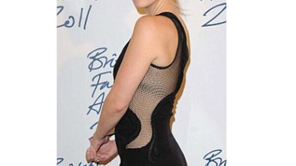 Luego de haber dado a luz a su segundo hijo, la actriz luce más delgada y no sólo eso, también se ve muy sensual.