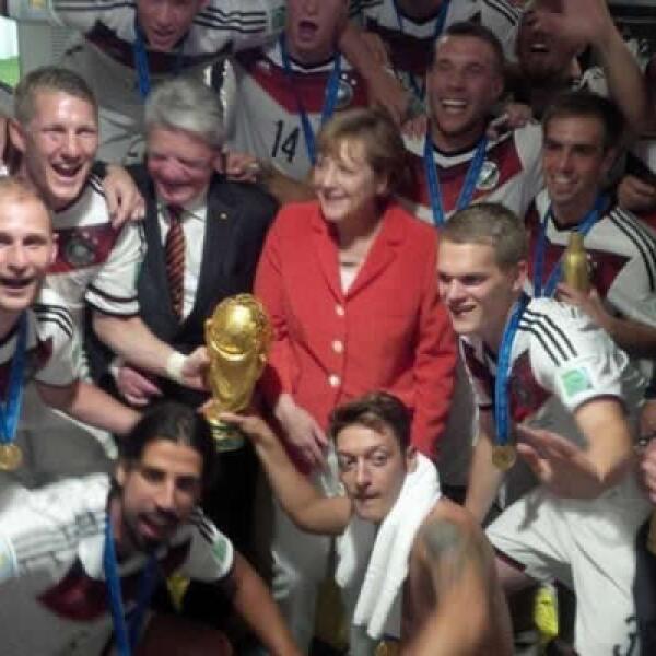 El equipo alemán celebró el triunfo junto a la canciller Angela Merkel