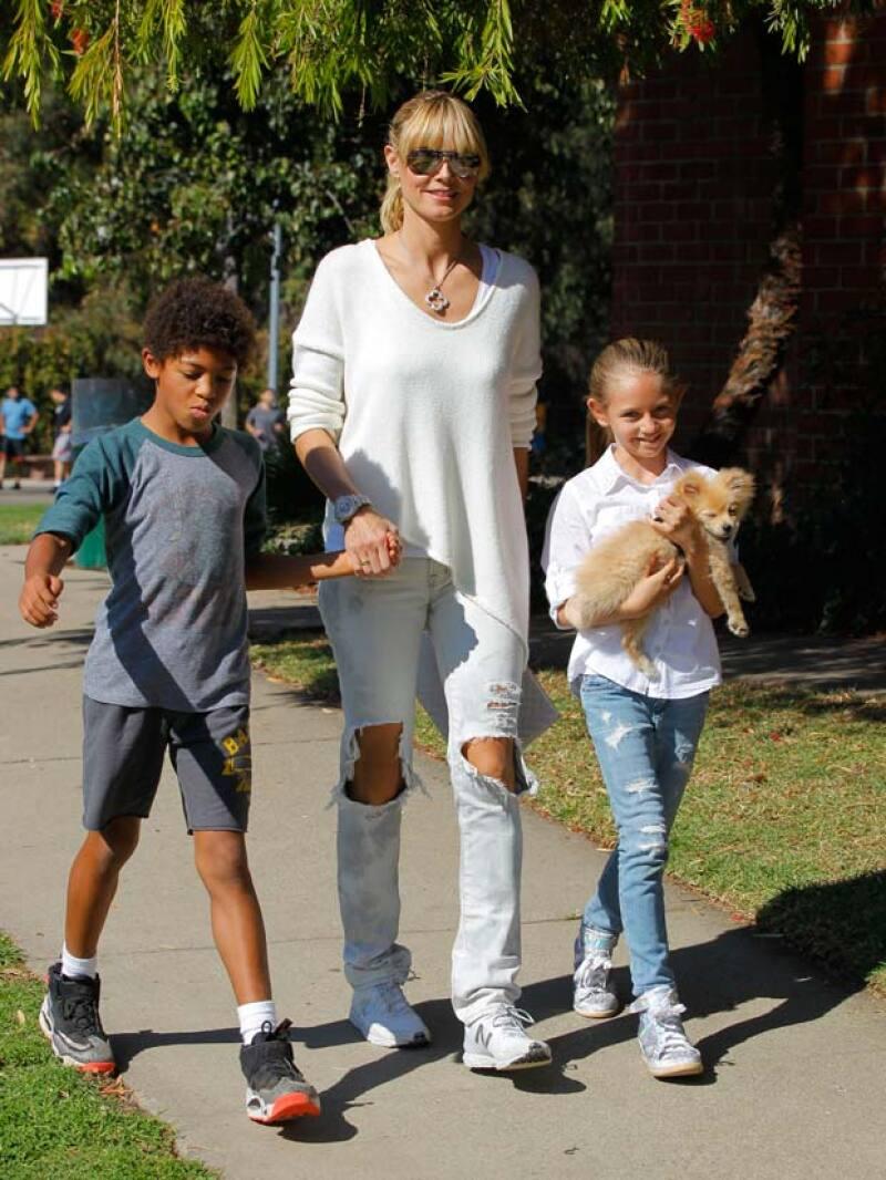 De derecha a izquierda están Leni, hija de Heidi y Flavio, Heidi y Henri Samuel, fruto del matrimonio de Heidi con Seal.