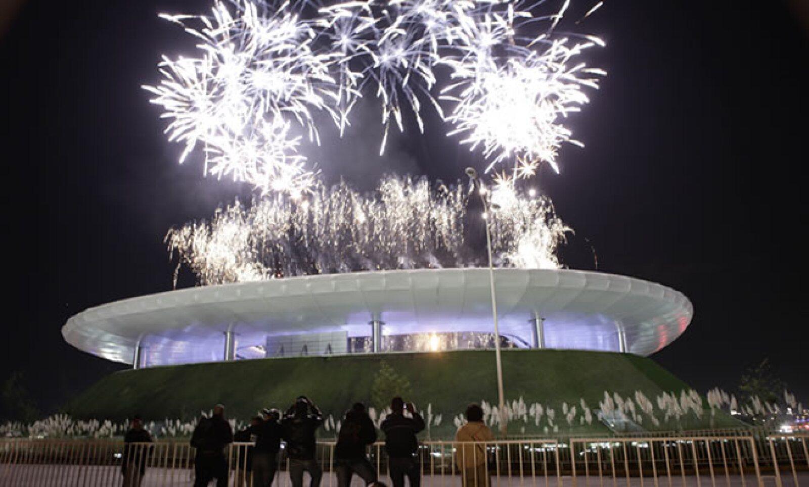 En varias partes de la ceremonia el cielo de Guadalajara fue iluminado por los fuegos artificiales, y las gradas del estadio donde juega Chivas se vieron teñidas de distintos colores.