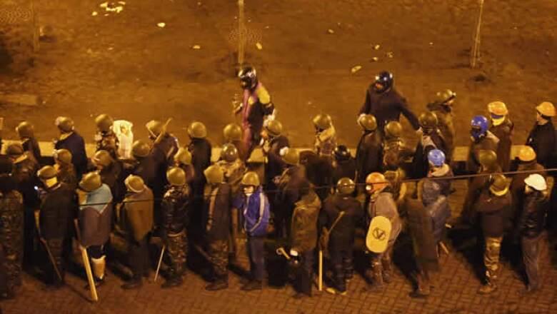 Imágenes de video mostraron a agentes de la policía antidisturbios disparando desde un techo contra los manifestantes en la plaza, conocida como Maidan.