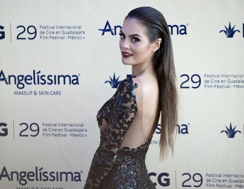 Ximena Navarrete lució su belleza en la alfombra roja.