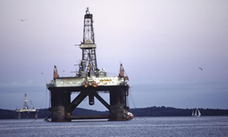 Pemex tiene la meta de aumentar su producción diaria a 3 millones de barriles de petróleo hacia 2018. (Foto: Thinkstock)