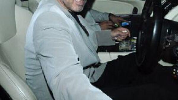 El cantante fue detenido luego de que el automóvil en que viajaba chocó contra un camión en Gran Bretaña.