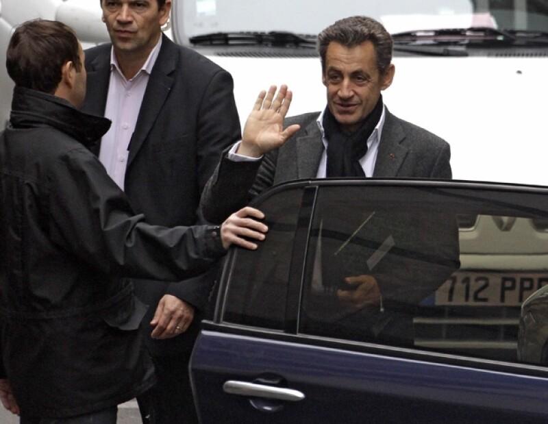 La primera dama de Francia recibió la visita de su esposo Nicolas Sarkozy y de varios amigos que querían conocer a la pequeña Guilia.