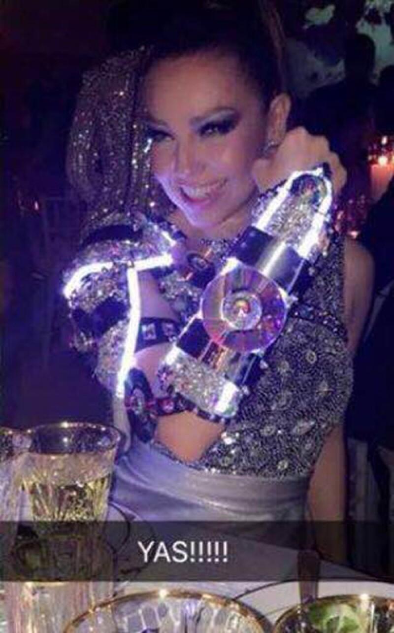 El vestido de Thalía se encendía en el detalle de la armadura.