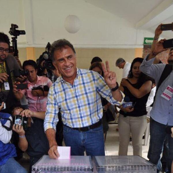 Tras emitir su voto, el candidato a Gobernador de Veracruz por la alianza PAN-PRD dio a conocer que fue detenido por autoridades estatales sin motivo alguno, por lo que tuvo que identificarse como senador.