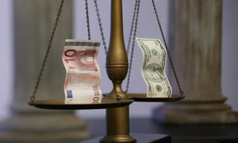 La posibilidad de que EU consiga evitar la recesión y la crisis en Europa son dos factores entre los que operará el tipo de cambio en el corto plazo. (Foto: Thinkstock)