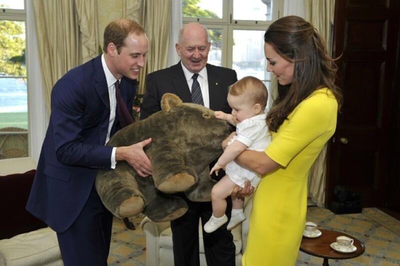 El Gobernador General le regaló un wombat de peluche al príncipe de ocho meses.