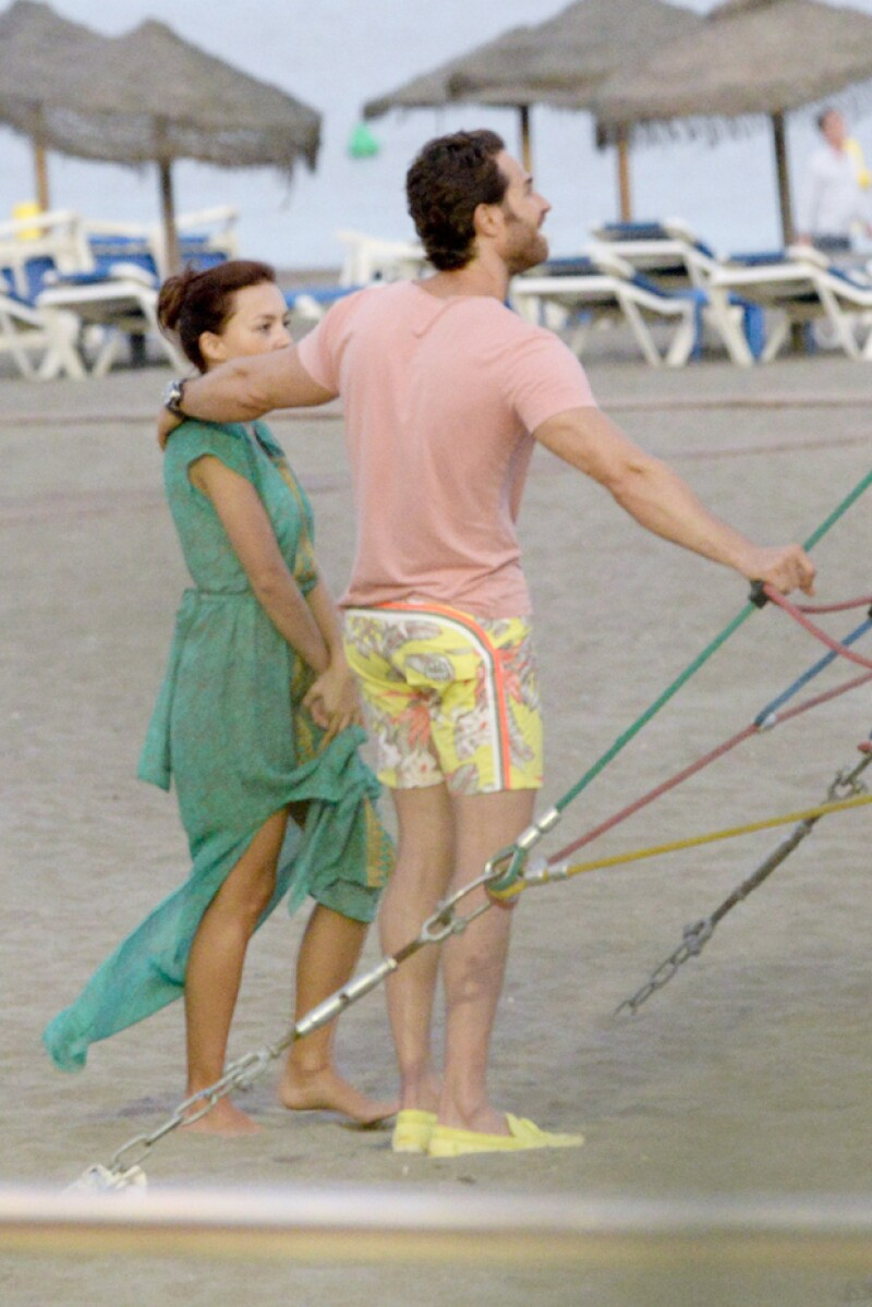 La pareja de actores y el pequeño Santiago se han divertido al máximo en España, donde se atrevieron a escalar una pirámide de cuerdas.