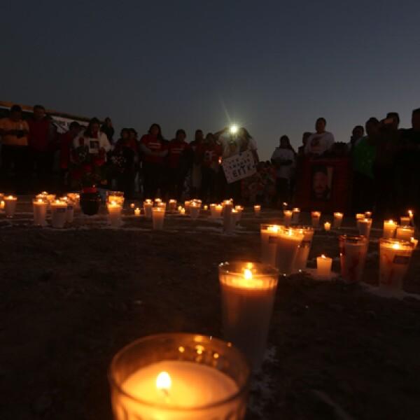 Cerca del aeropuerto de Ciudad Juárez, a dónde llegó el papa, un grupo de personas se manifestó por las mujeres muertas y desaparecidas en la localidad.
