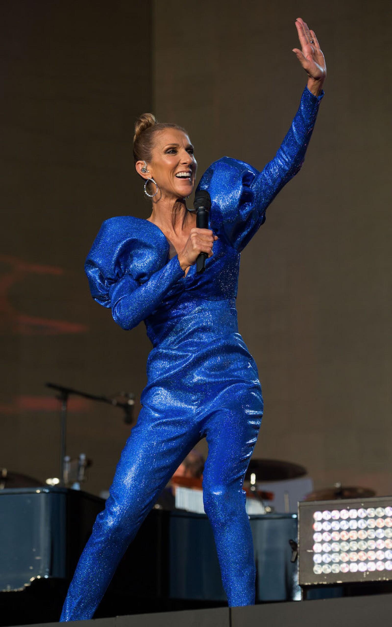 Celine dando un concierto en Londres con un look en color azul eléctrico de Rodarte