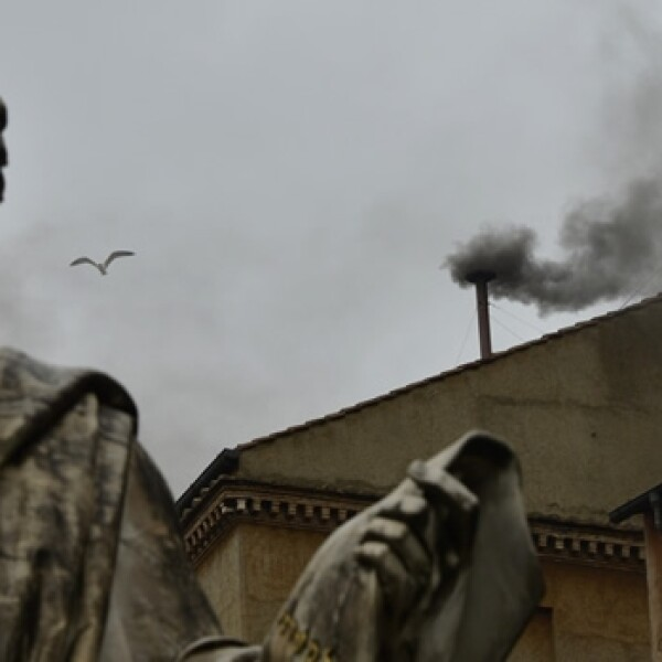 Vaticano, humo negro, fumata negra