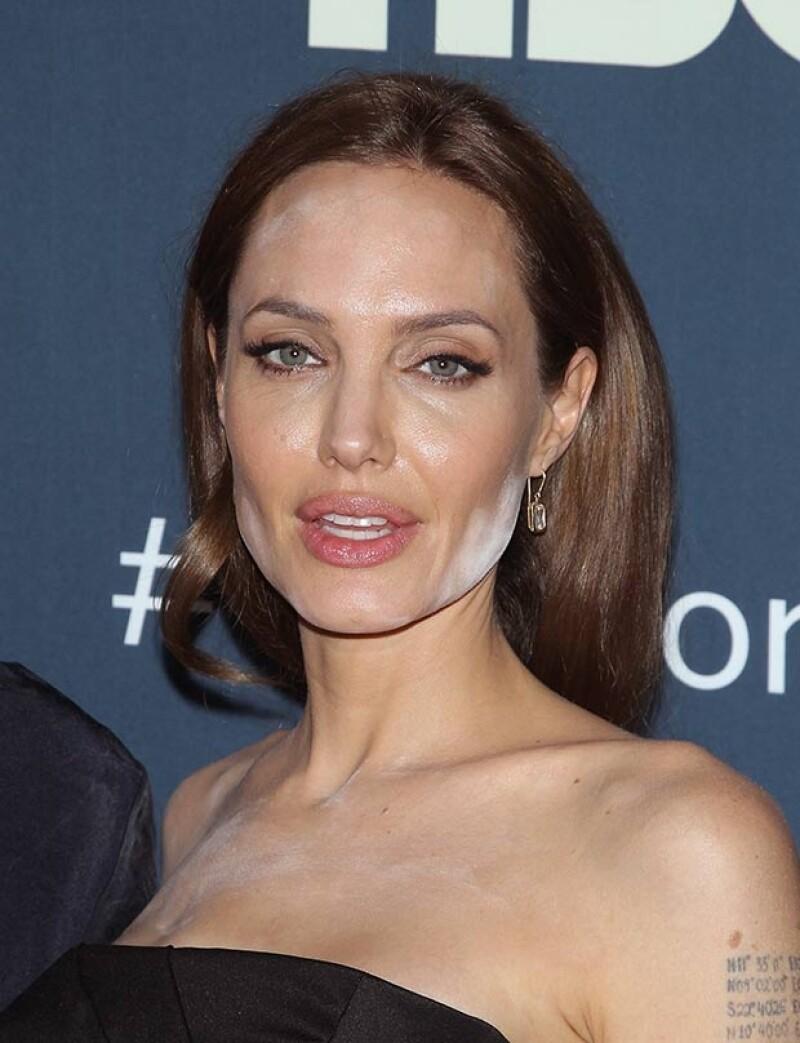 """La actriz posó en la alfombra roja de la premiere de """"The Normal Heart"""" con notorias manchas blancas en el rostro y escote a consecuencia del abuso de polvos traslúcidos."""