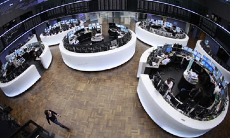 Las acciones europeas tocaron máximos de cinco meses y medio encabezadas por los sectores automotriz y minero. (Foto: Reuters)