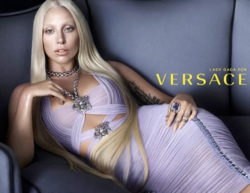 Lady Gaga deja a un lado la excentricidad para enfocarse en su nueva tarea como modelo.