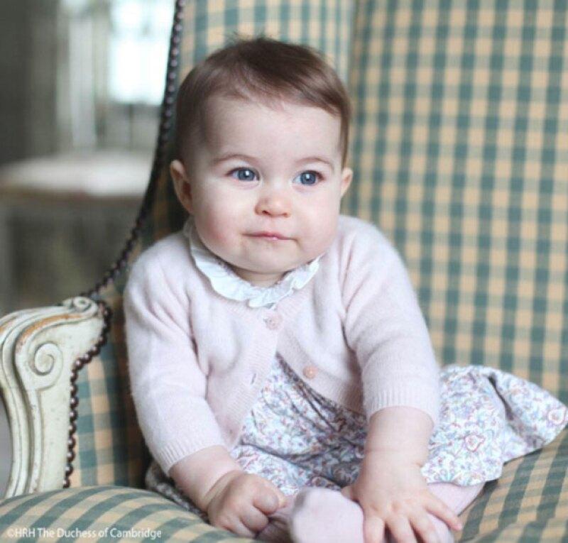 Para su primer aparición sola, la princesa utilizó un vestido de una firma de ropa infantil española.