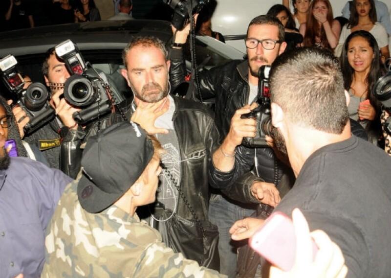 Justin pelea con un segundo paparazzi, empujándolo a la altura del cuello.