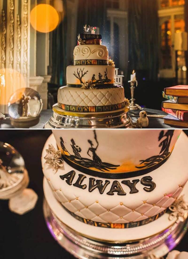 El pastel además de tener decoración del cuento de The Deathly Hallows, también tenía escrita, como los anillos, la frase de Snape.
