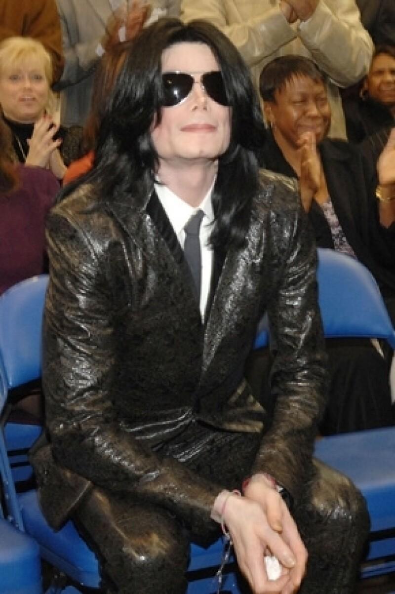"""De acuerdo con Mark Lester, el cantante acudía al alcohol para poder dormir. De hecho, aseguró que Michael estaba ebrio cuando presentó la gira """"This is It""""."""