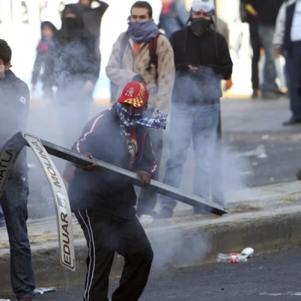Algunos de los protestantes se identificaron como parte del movimiento #YoSoy132 y  confrontaron a elementos de la Policía Federal.