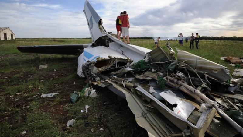 El avión derribado en territorio ucraniano este lunes; autoridades sospechan que un misil desde Rusia lo tumbó