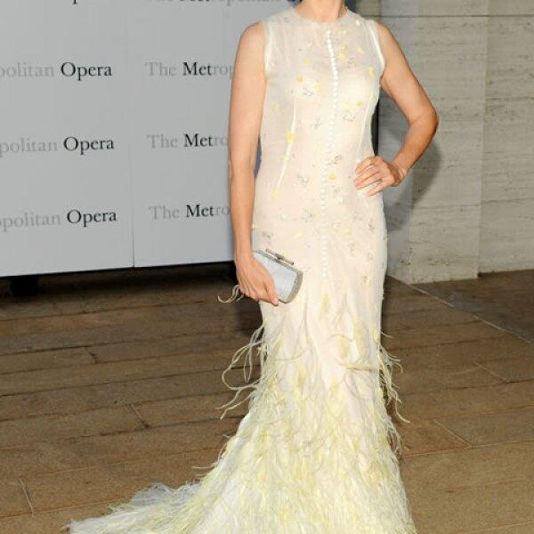 Kelly Rutherford en un elegante diseño beige.