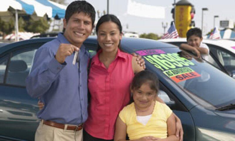Si tus ingresos crecen, asegúrate de adaptarte a tu nuevo presupuesto antes de comprar un auto. (Foto: Thinkstock)