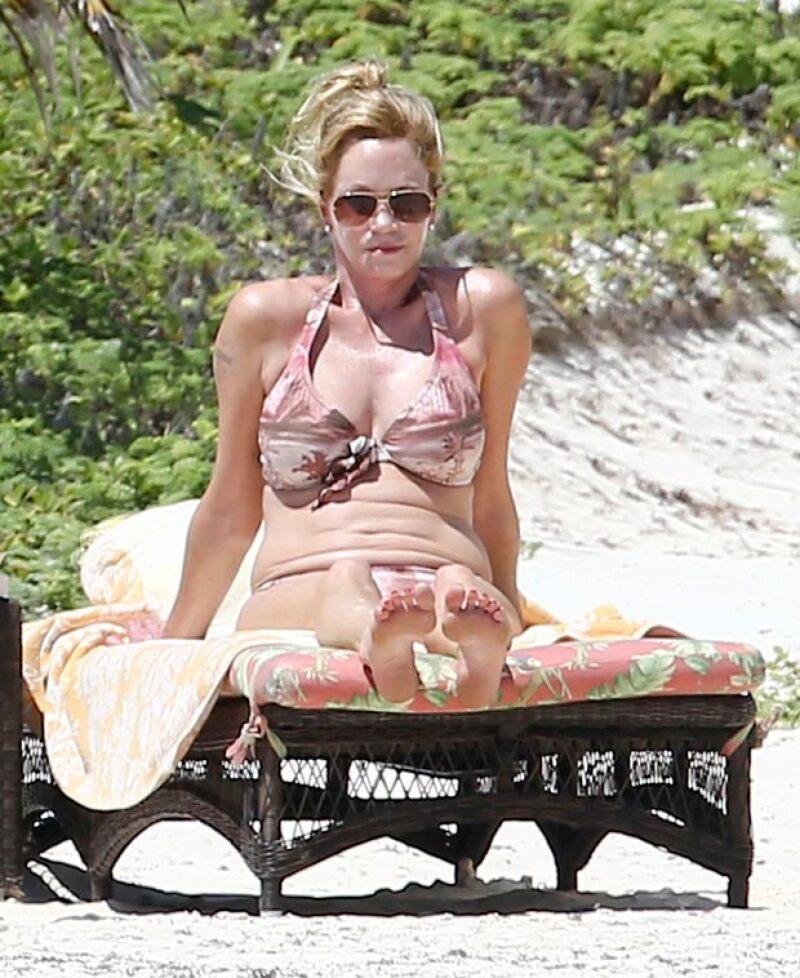 A sus 57 años, Melanie Griffith no dudó en despojarse de su ropa para descansar en bikini.
