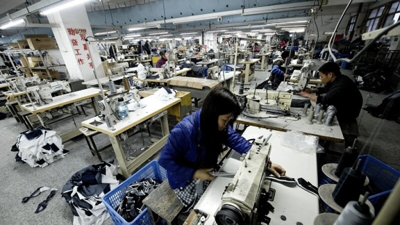 Trabajadores cosen pantalones en la fábrica de textiles Yilin en Dongguan