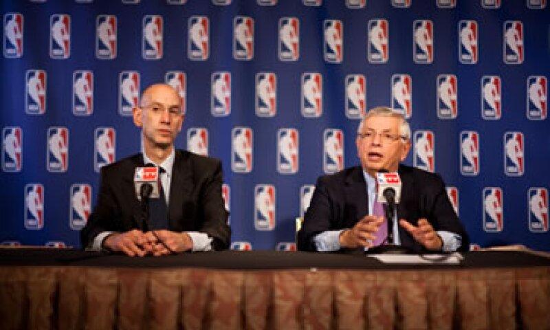 Stern (der) y el subcomisionado Adam Silver anunciaron la ratificación durante una conferencia de prensa, lo que puso fin a casi dos años de negociaciones complicadas. (Foto: AP)