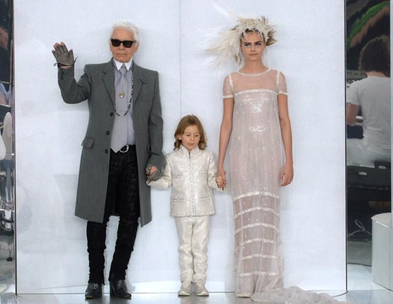 Ese mismo día pero en la pasarela, Cara modeló un traje de novia junto a Karl Lagerfeld.