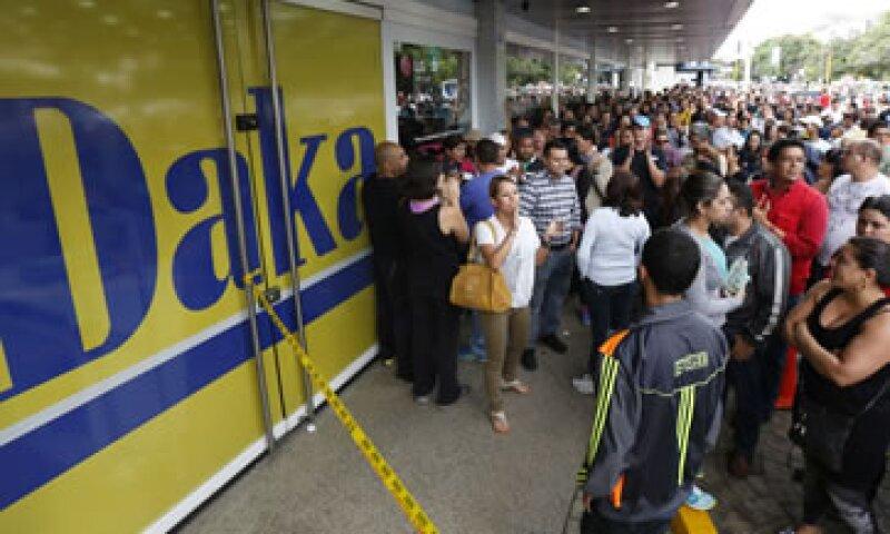 Cientos de personas hicieron filas para comprar electrodomésticos a menores precios. (Foto: Reuters)