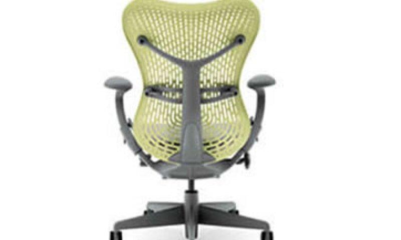 Tener una silla adecuada es más importante que el escritario y la iluminanción.(Foto: Especial )