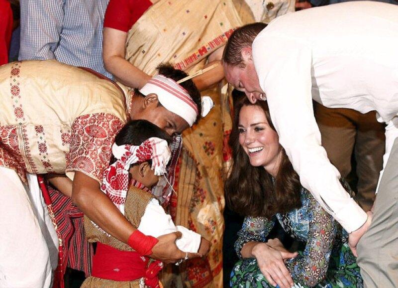Los duques se acercaron a conocer al niño y a su padre.