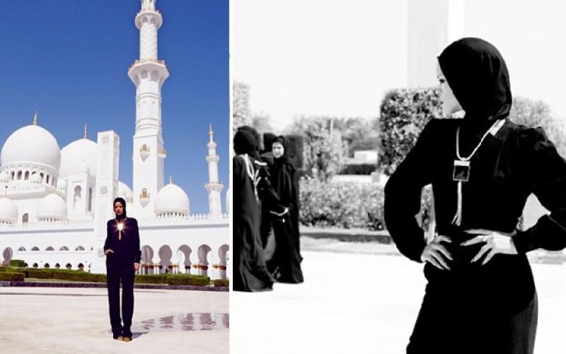 """Como si se tratara de """"el árabe más guapo"""" la cantante fue expulsada de una mezquita por posar provocativamente y sin autorización, informa el diario El País."""