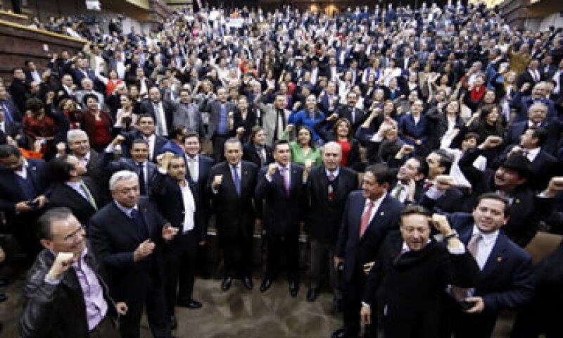 Los diputados del PRI y del PAN celebran la aprobación en lo general y en lo particular de la reforma. (Foto: Cuartoscuro)