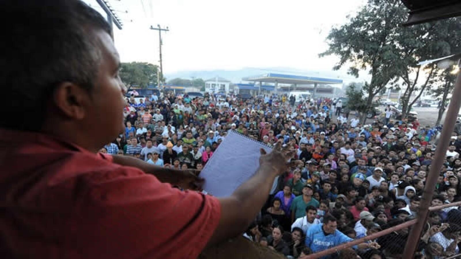 un funcionario lee lista de presos ilesos