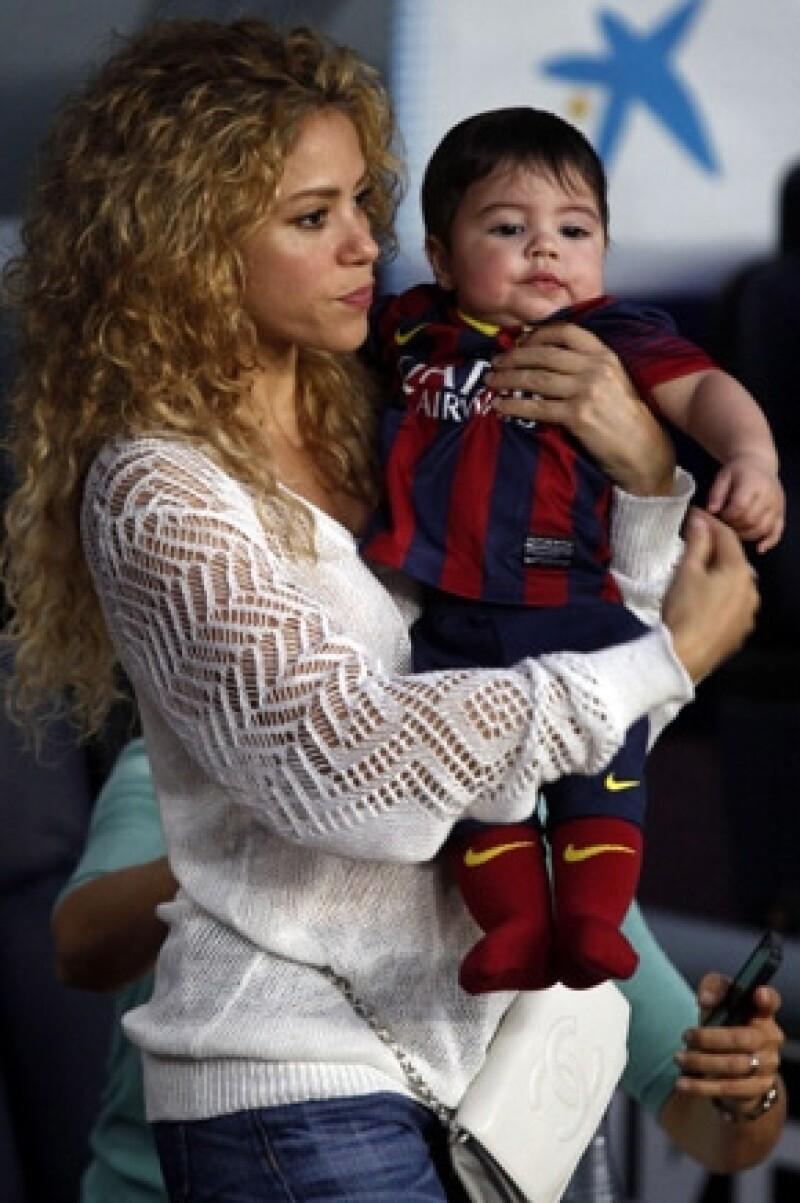 La cantante confesó en el programa de Jimmy Fallon que su hijo está obsesionado con el balón, tanto que le pide a su mamá que juegue con él.