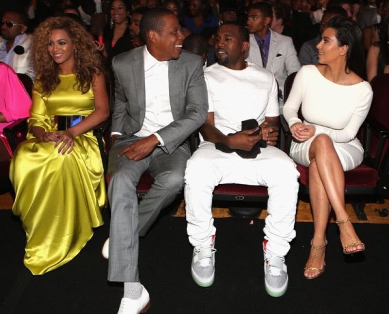 El rapero quiere compensar su ausencia y la Beyoncé en su boda con Kim Kardashian, organizando una exclusiva despedida de soltero a su amigo y colega.