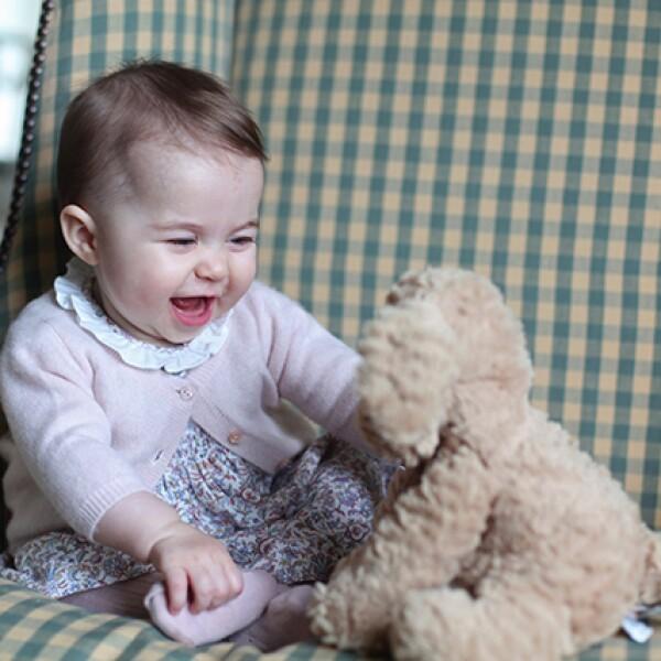 El duque y la duquesa de Cambridge están encantados de compartir estas dos nuevas fotografías de la princesa Charlotte, se lee como pie de foto en la cuenta oficial de Instagram del palacio de Kensington.