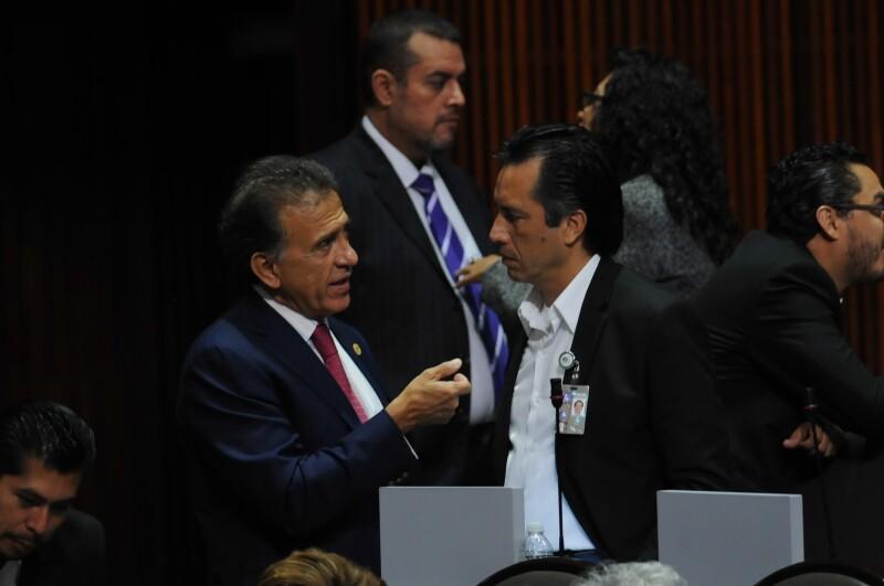 Miguel Ángel Yunes Linares (izq.) y Cuitláhuac García durante una sesión ordinaria en la Cámara de Dipitados en octubre de 2015.