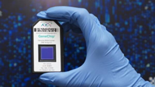 Uno de los actuales proveedores de este tipo de tecnología es Affymetrix (de plástico desechable), con capacidad para leer hasta 1.8 millones de variaciones por persona en un centímetro cuadrado. (Foto: Especial)