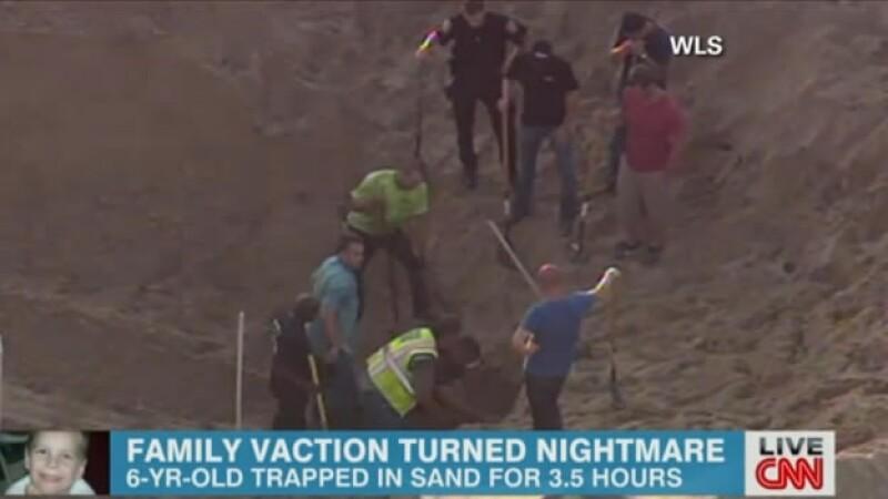 Niño atrapado en dunas de arena