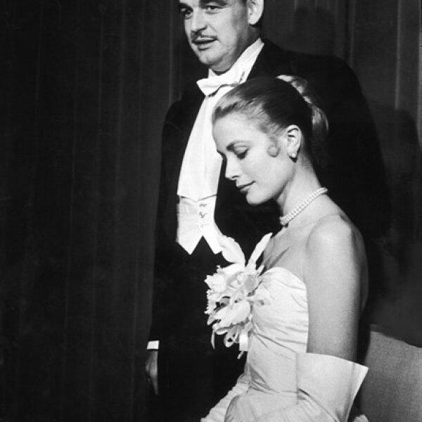El príncipe Rainiero III de Mónaco se comprometió con Grace Kelly en 1956 en Nueva York. Ella lució un vestido blanco, guantes, perlas y pelo recogido para el banquete después del anuncio oficial.