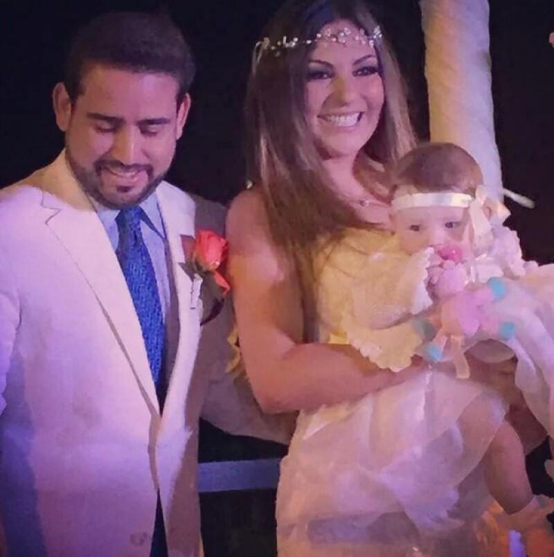 Acompañada de su familia y los demás integrantes del grupo OV7, la cantante se unió en matrimonio al secretario de Desarrollo y Previsión Social de Quintana Roo en una íntima boda.