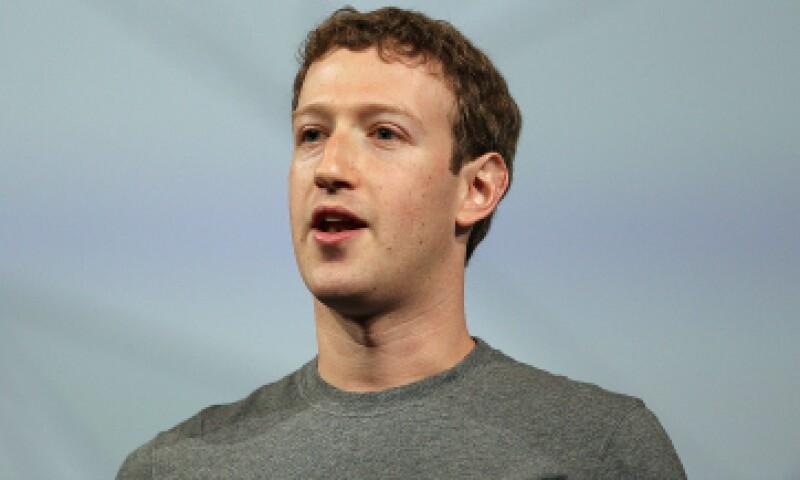Zuckerberg dijo que invertirá hasta 1,000 millones de dólares de sus acciones cada año en los próximos tres. (Foto: Getty Images )