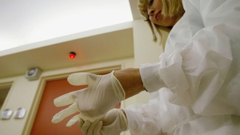 una mujer se coloca guantes en un hospital israeli